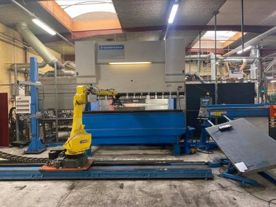 Press brake with robot cell